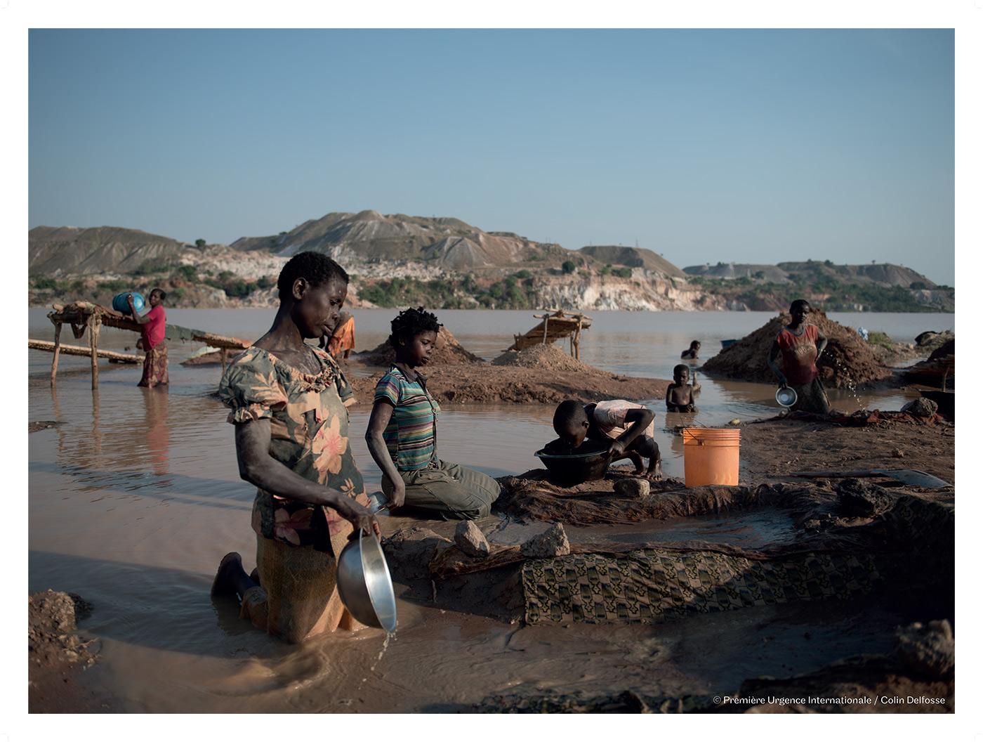 Manono – Des creuseurs lavent la cassitérite extraite dans la carrière de l'ex-Géomines.