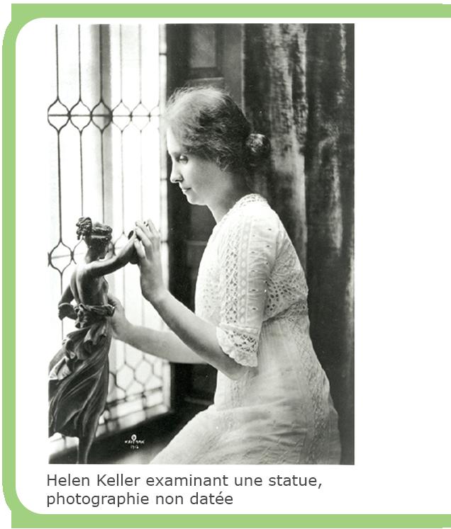Helen Keller examinant une statue, photographie non datée