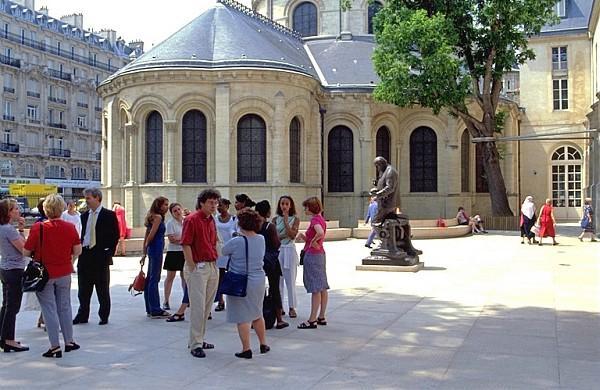 Public et auditeurs a l'entree du Musee des arts et metiers